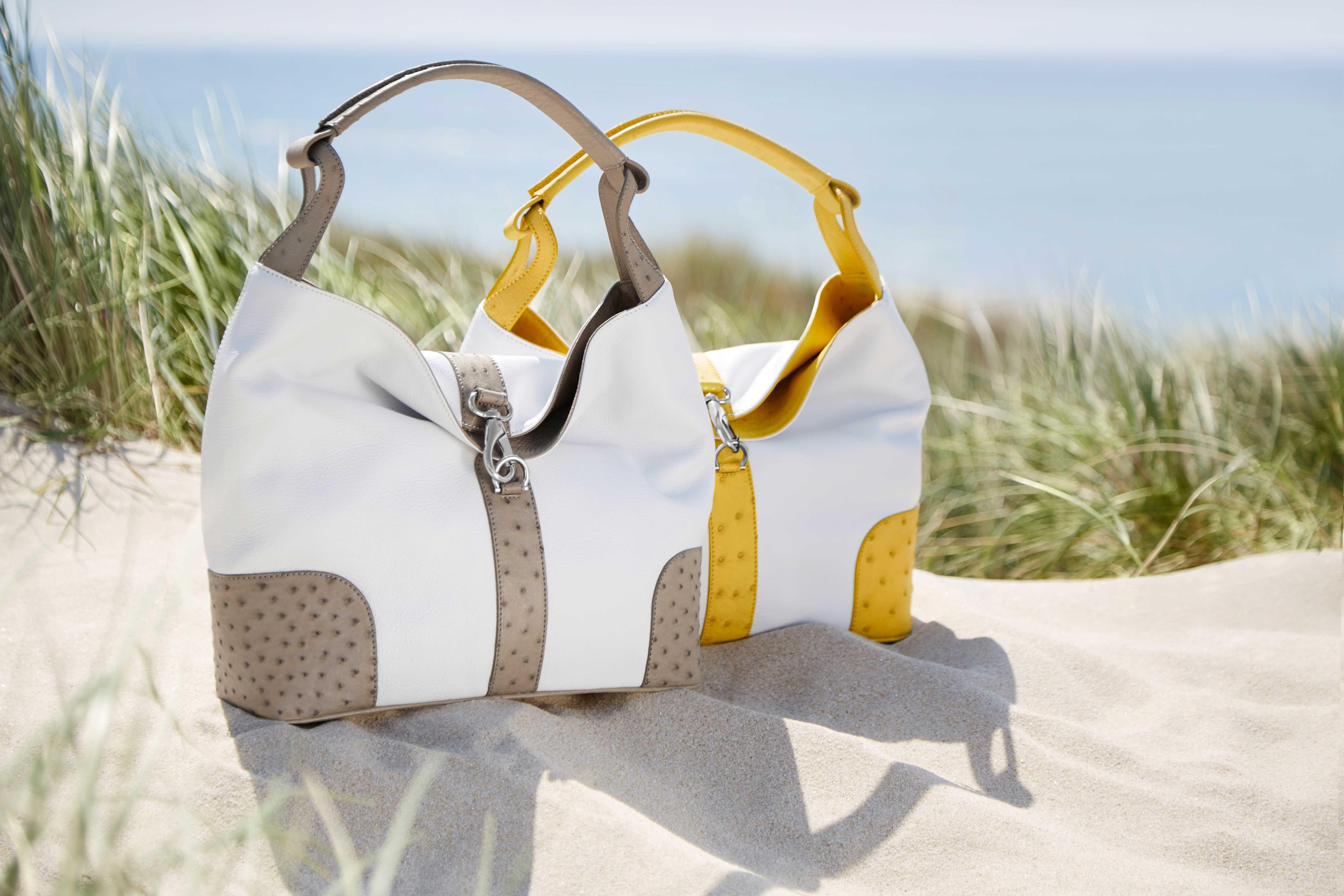 handtasche-straussenleder-kabo-summerbag_taupe_sun_doppel_lifestyle-sylt-sand_web